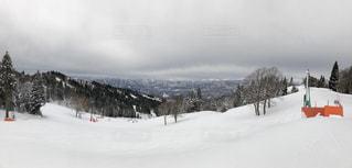 スキー場のてっぺんからの景色の写真・画像素材[1010257]