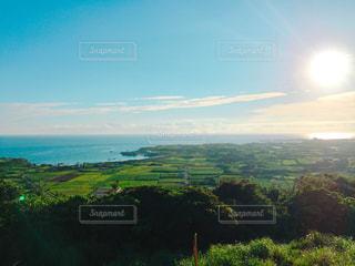 豊かな緑と綺麗な海の写真・画像素材[1014480]