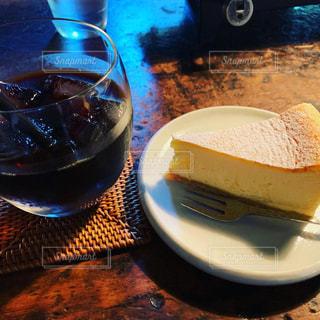 木製のテーブルの上に座っているワインのグラスの写真・画像素材[2265650]