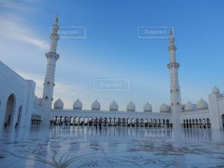 シェイク ・ ザーイド ・ モスクとビルを背景に、大きな白いの写真・画像素材[1194778]