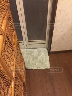 近くにカーテンのアップの写真・画像素材[1009692]