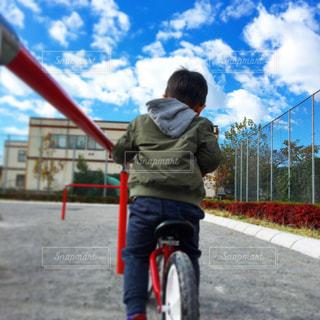 青空の下で元気に遊ぶ息子の写真・画像素材[1010125]