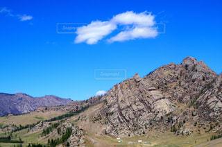 山の中腹に立っている人の写真・画像素材[1120708]