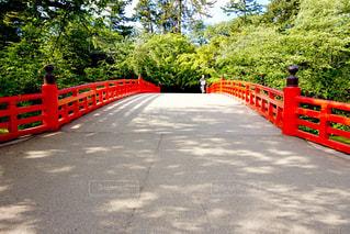 赤い橋の前での写真・画像素材[1014667]