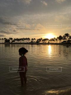 子供とサンセットの写真・画像素材[1018490]