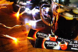 近くのテーブルにビールのグラスをの写真・画像素材[1295547]