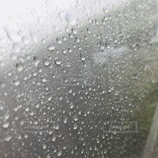 近くに雨の中での波のの写真・画像素材[1115088]