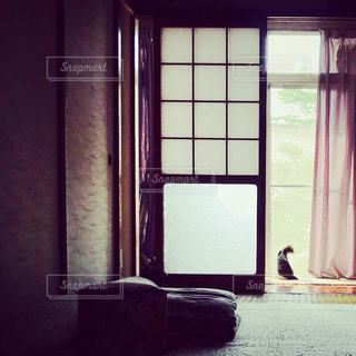大きな窓付きの部屋の写真・画像素材[1287470]