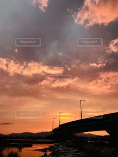 水の体に沈む夕日の写真・画像素材[1509050]