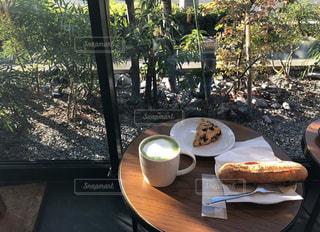 食べ物を食べるダイニング テーブルの写真・画像素材[1012889]