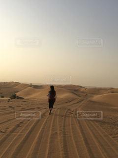 砂の中を歩く人々 のグループの写真・画像素材[1018453]