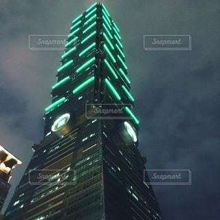 緑の光で背の高い建物の写真・画像素材[1014224]
