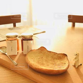 サンドイッチは、木製のテーブルに座っています。の写真・画像素材[1151716]