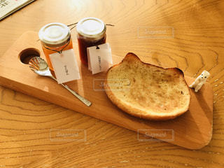 木製テーブルの上のパンの部分の写真・画像素材[1151717]