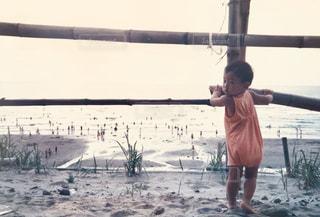 ビーチの前に立っている人の写真・画像素材[1163653]