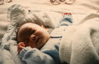 赤ちゃんのベッドの上で横になっています。の写真・画像素材[1180557]
