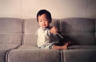 ソファーに横になっている少女の写真・画像素材[1180571]