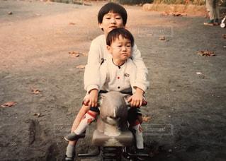 歩道の上に座って男の子の写真・画像素材[1180575]