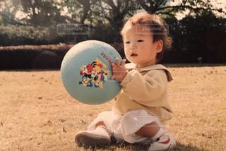 フリスビーを保持している小さな男の子の写真・画像素材[1180580]
