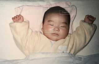 赤ちゃんのベッドの上で横になっています。 - No.1185048