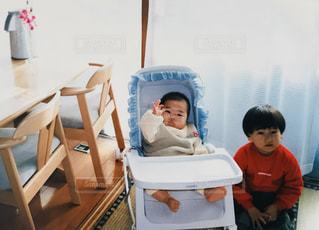 テーブルに座っている小さな子供 - No.1185162