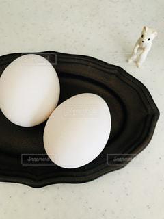 黒の表面に卵の写真・画像素材[1189437]
