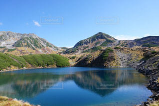 背景の山と水体の写真・画像素材[1025497]