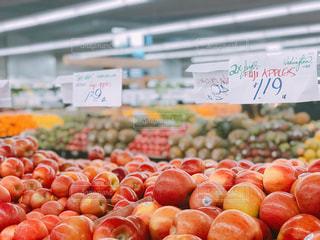 さまざまな店でディスプレイ上の果実の写真・画像素材[1017409]