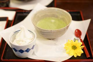 花,緑,赤,白,黄色,抹茶,スプーン,おやつ,カップ,ソフトクリーム,お茶,甘い,お茶碗,お盆,苦い