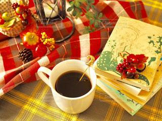 テーブルの上のコーヒー カップの写真・画像素材[1588427]