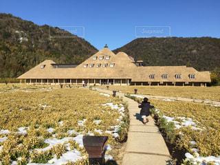 雪の中残る冬のラ・コリーナと子どもの写真・画像素材[1019994]