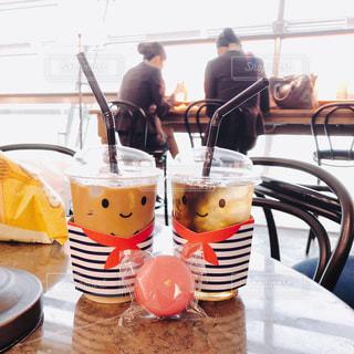 カフェ,旅行,カフェラテ,マカロン,アイスティー,ペアカップ,いい天気,アイスカフェラテ,アイスラテ,見つめあう,空港カフェ,柄カップ,カップル風