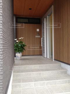 木とタイルを使用したシックで広がりのある玄関ポーチの写真・画像素材[1018997]