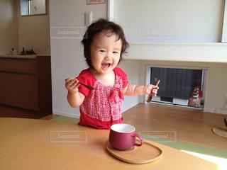 カップスープを食べようとしている女の子の写真・画像素材[1019057]