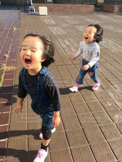 少しの少年と少女が歩道の上を歩くの写真・画像素材[1181546]