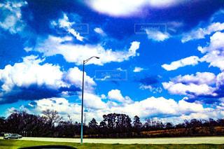 空の雲と大規模なグリーン フィールドの写真・画像素材[1021728]
