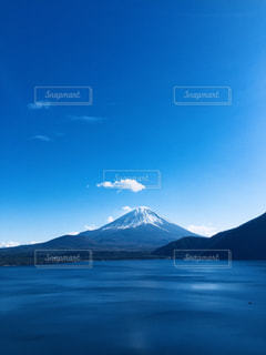 富士山と本栖湖の写真・画像素材[1020084]