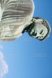 澄んだ青い空そして大仏さまの写真・画像素材[1020086]