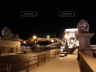 ハンガリー ブダペストの鎖橋のライトアップの写真・画像素材[1020020]