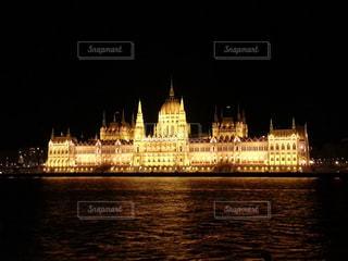 ハンガリー 国会議事堂のライトアップの写真・画像素材[1020026]