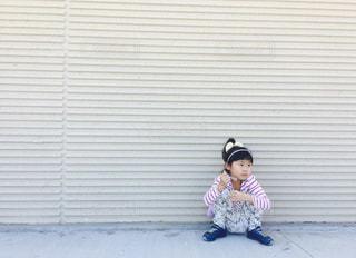 ベンチに座っている少女の写真・画像素材[1022132]