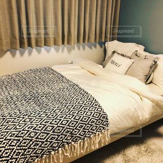 部屋で作られたベッドの写真・画像素材[1020931]