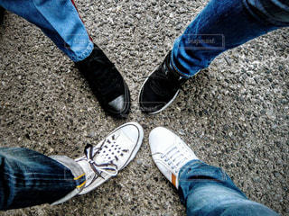 地面に靴のグループの写真・画像素材[1036417]