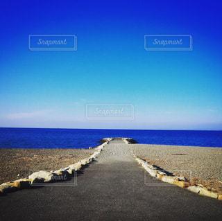 水域の隣のビーチの写真・画像素材[2356616]