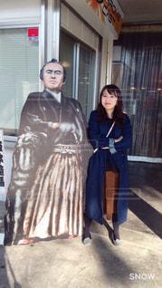 人と建物の前に立っている女性の写真・画像素材[1033319]
