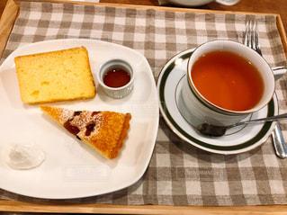 食品とコーヒーのカップのプレートの写真・画像素材[1082895]