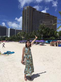 ビーチに立っている若い女の子の写真・画像素材[1377672]