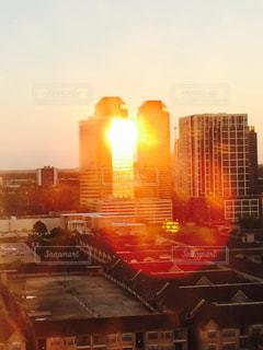 街に沈む夕日の写真・画像素材[1022009]