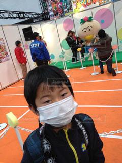 部屋に立っている小さな男の子の写真・画像素材[1065975]