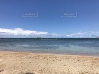 海の横にある砂浜のビーチの写真・画像素材[1098912]